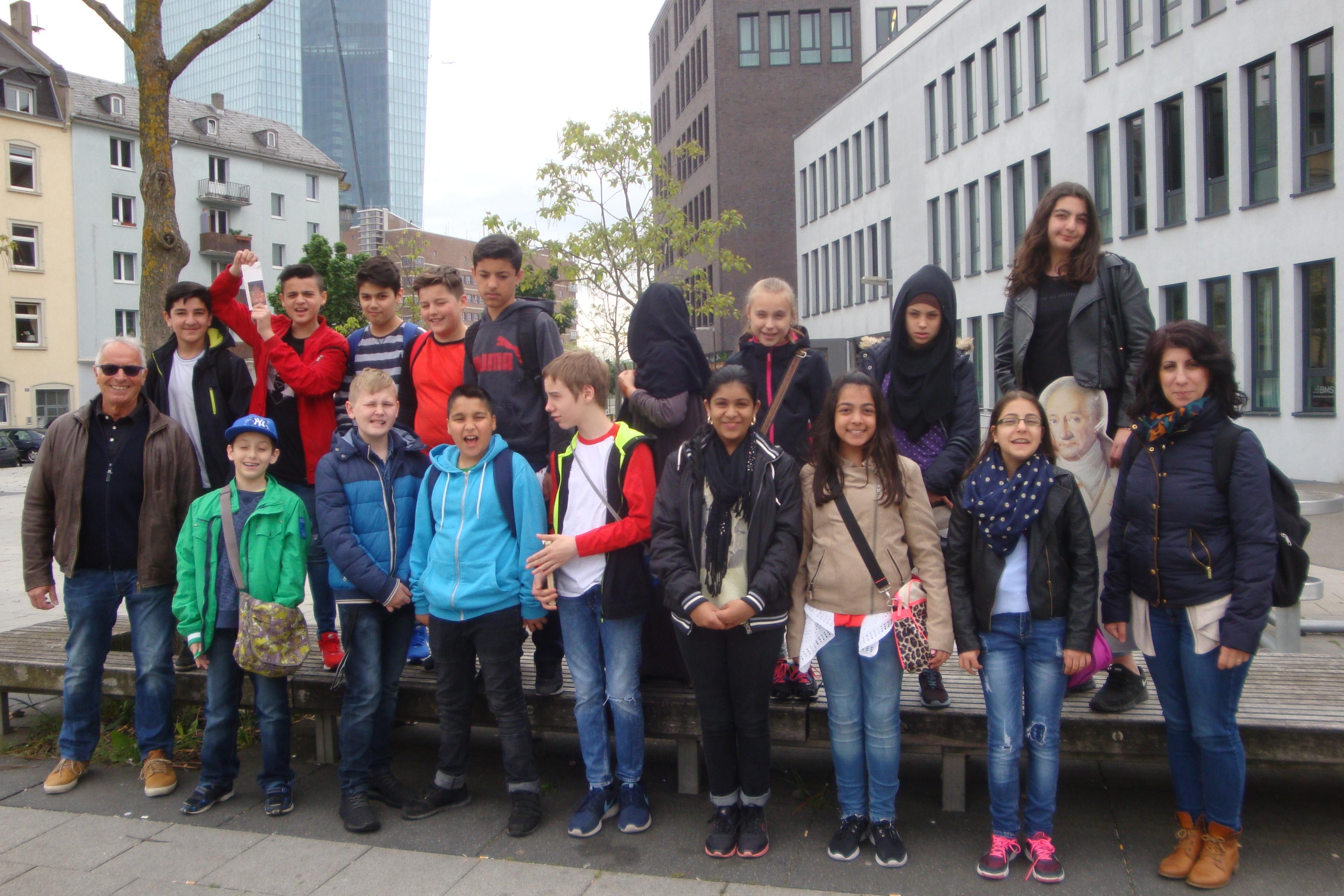 Die Klasse 5 a vor der Europäischen Zentralbank